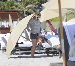 http://img196.imagevenue.com/loc544/th_312523835_Mischa_Barton_Bikini_Candids_on_the_Beach_in_Miami_December_27_2011_201_122_544lo.jpg