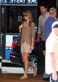 Тайлор Свифт, фото 12193. Taylor Swift Bondi Beach after breakfast at Bill Darlinghurst in Sydney - 08.03.2012, foto 12193